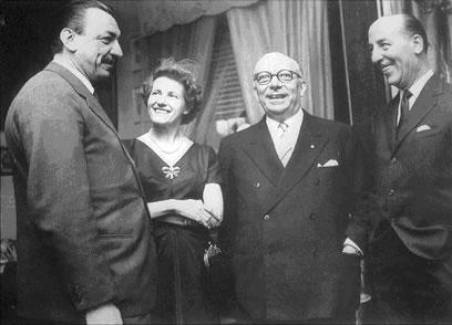 La famiglia Mondadori (Arnoldo, il figlio Alberto e l'editore Valentino Bompiani, con le signore)
