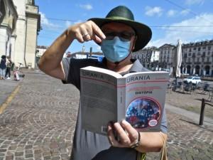 """Bruce Sterling con la sua copia dell'Urania Millemondi """"Distòpia"""""""